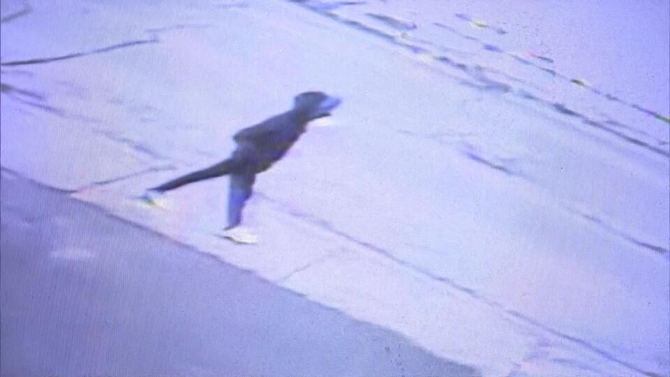 Un enfant marche sur la rue.