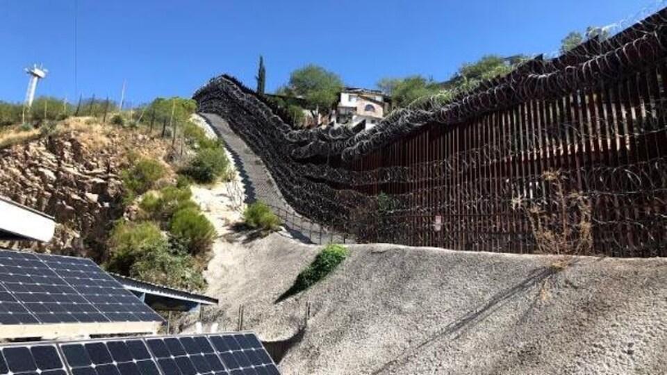 Un mur de fils barbelés coupant en deux la ville de Nogales.