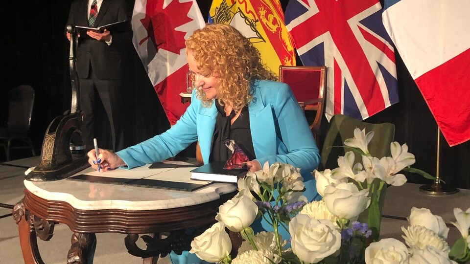 Arlene Dunn a été assermentée à titre de ministre responsable du Développement économique et des Petites Entreprises, ministre responsable d'Opportunités NB, ministre responsable de l'Immigration, et ministre des Affaires autochtones.