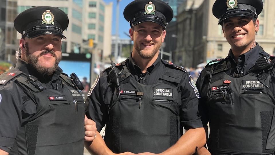 Trois constables spéciaux.