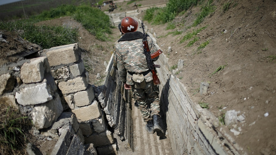 Un soldat effectuant une ronde.