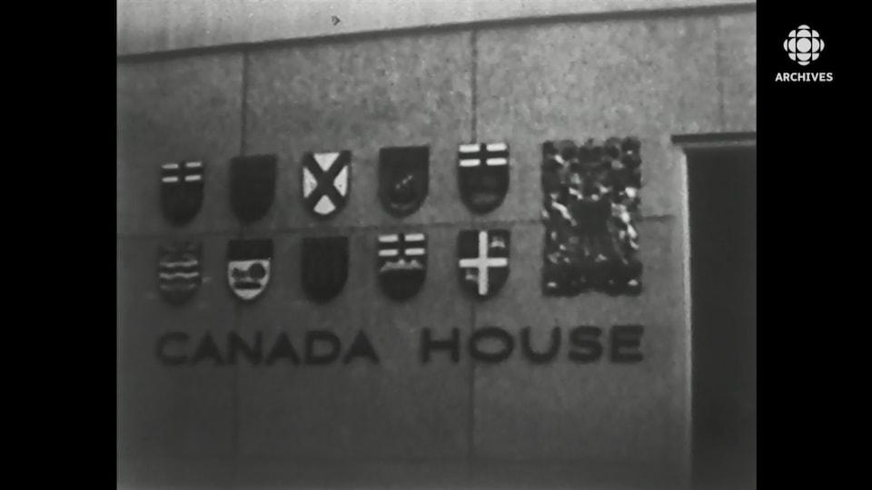 Armoiries des provinces du Canada sur la façade de la Maison du Canada, à New York.
