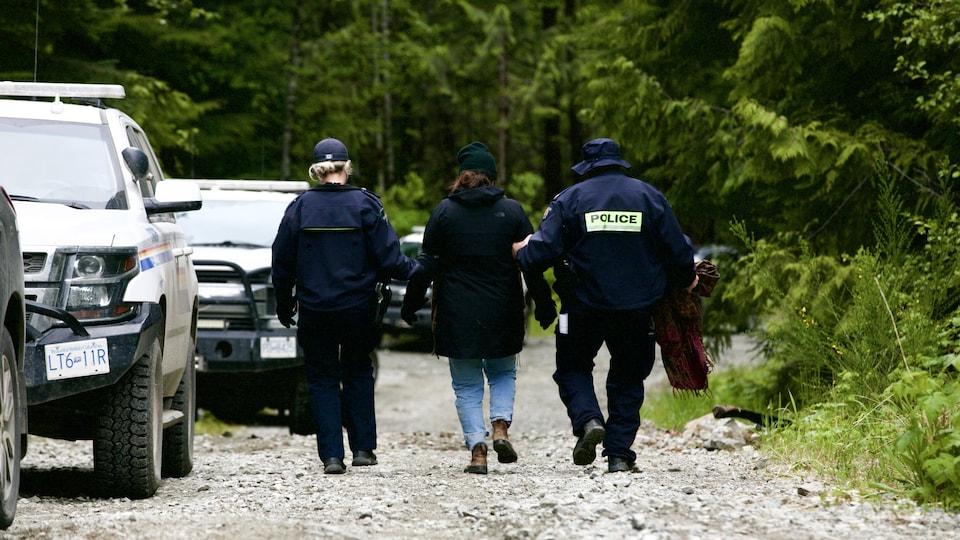 Une personne est escortée par la GRC après avoir été arrêtée au campement Waterfall près de Port Renfrew.