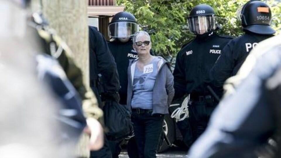 La femme est entourée de policiers dans le quartier Saint-Jean-Baptiste.