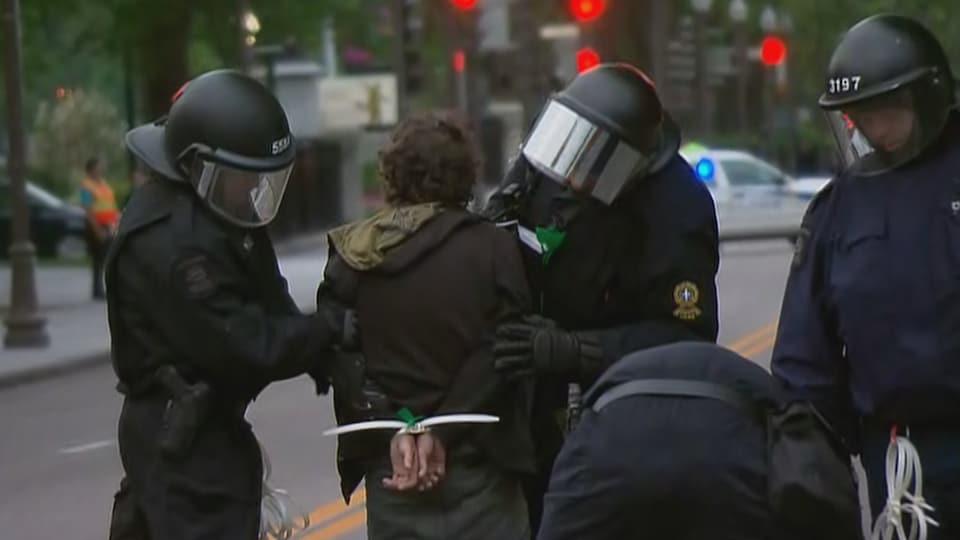 Un manifestant est arrêté pendant la manifestation dans le secteur de Grande Allée.