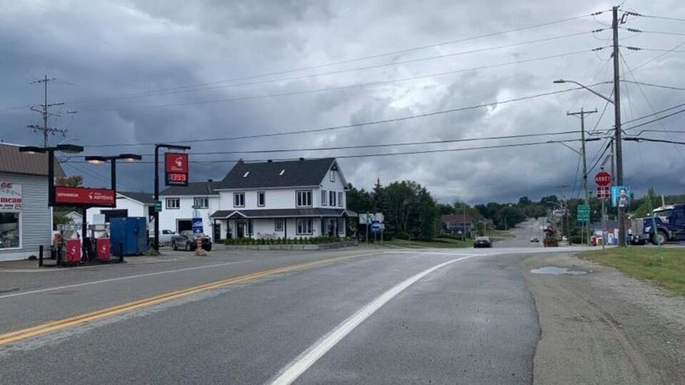 Une intersection sur la route 101, devant une station-service.
