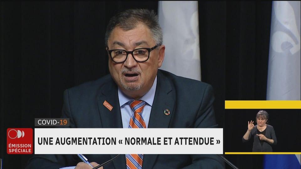 Julie Lanthier interprète les propos du directeur national de la santé publique du Québec, Horacio Arruda, sur les ondes de RDI lundi.