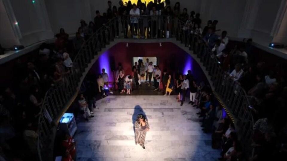 Les visiteurs assistent à une performance artistique dans le cadre de l'événement de fin de soirée FUSE au musée Vancouver Art Gallery.