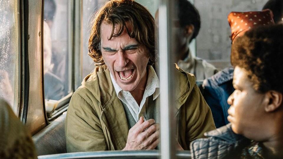 Un homme est en crise dans un autobus municipal.