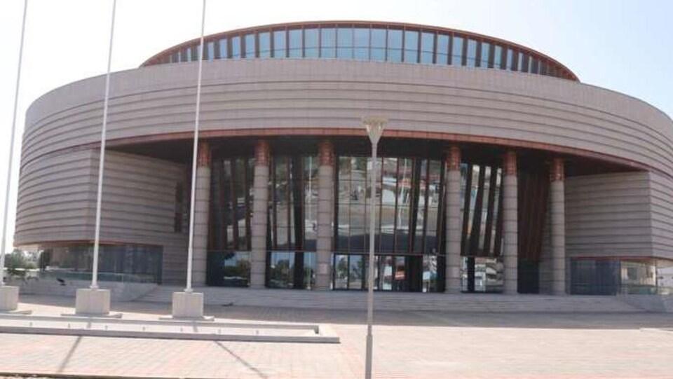 Vue de la façade du Musée des civilisations noires à Dakar, au Sénégal