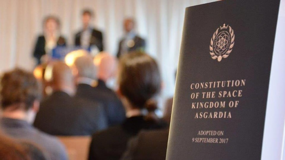 Un document de la constitution d'Asgardia.