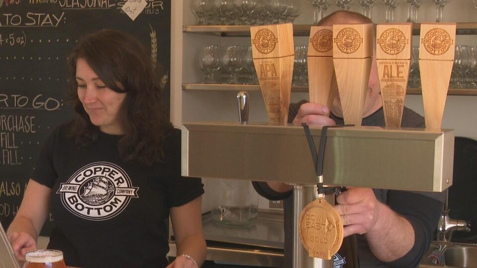 Ashley Condon et Kenneth Spears ont ouvert la microbrasserie Copper Bottom Brewery à Montague en novembre 2017.