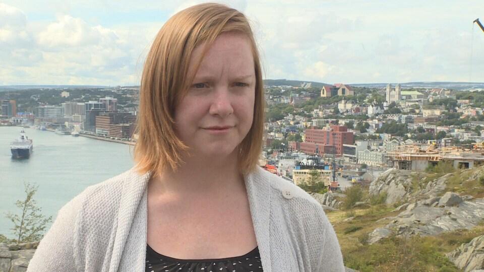 Ashley Smith, avec la ville de Saint-Jean en arrière-plan.