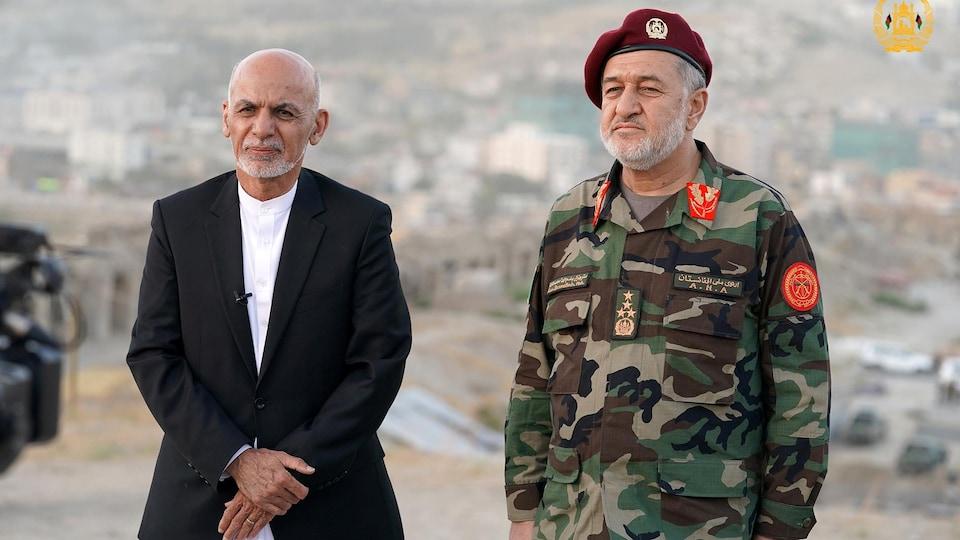Le président de l'Afghanistan, Ashraf Ghani, en compagnie de son ministre de la Défense, Bismillah Khan Mohammadi.