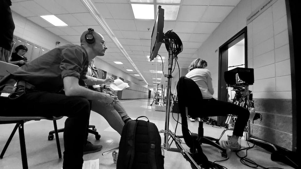 Le réalisateur Alexandre Isabelle regarde un écran.