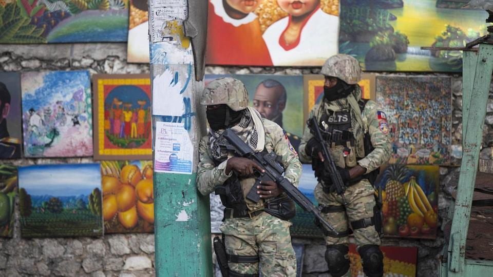 Des militaires monte la garde dans une rue de Port-au-Prince.