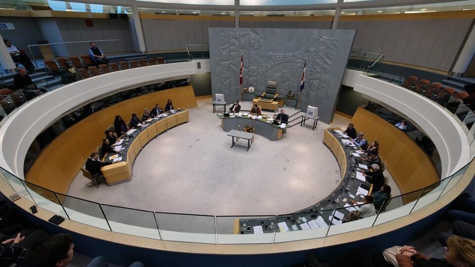 La chambre de l'Assemblée législative des T.N.-O. où les députés sont assis en cercle.