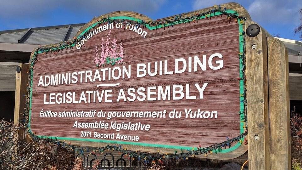 Le panneau extérieur de l'Assemblée legislative du Yukon.