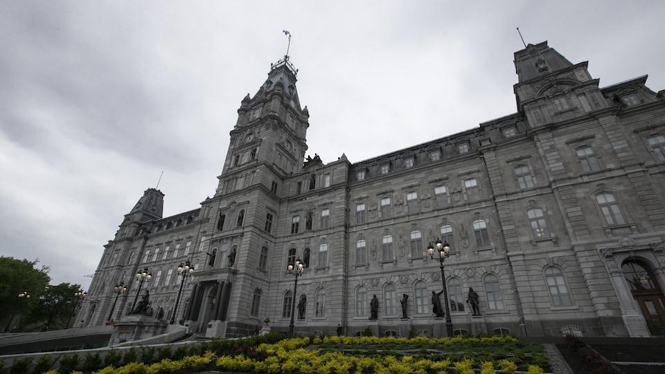 Le parlement du Québec vu de l'extérieur sous un ciel ennuagé.