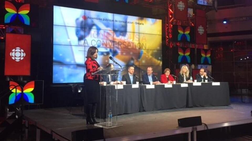 Des dirigeants de Radio-Canada répondent aux questions des participants.