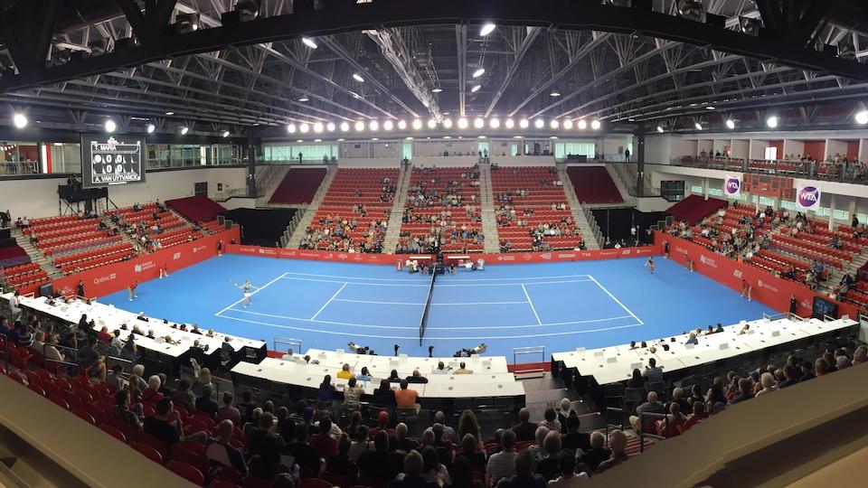 Photo du terrain et de la faible assistance au tournoi de tennis de la Coupe Banque Nationale