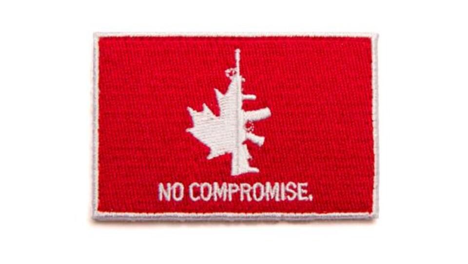 Un logo représentant un fusil d'assaut militaire accolé à une demie-feuille d'érable accompagné de la mention «Pas de compromis» brodé en blanc sur fond rouge.