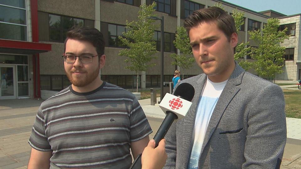 Les deux représentants de l'association étudiante devant le cégep de Trois-Rivières.