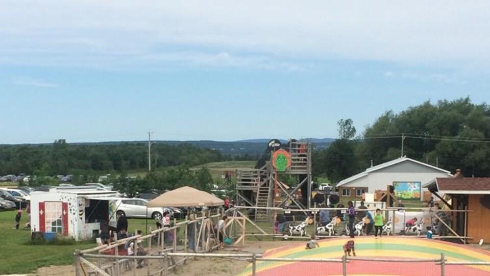 Des enfants sautent sur un trampoline.