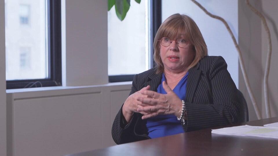 Jacqueline Bissonnette assise à un bureau.