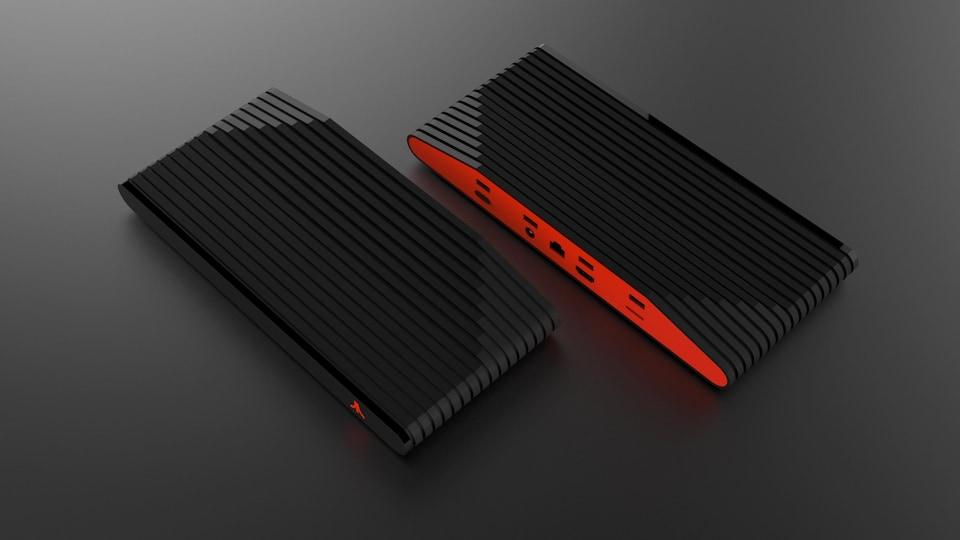 Une photo montrant le panneau arrière de la console, rouge vif et percé de plusieurs ports différents.