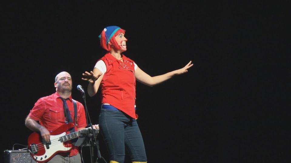 Une femme déguisée en clown en spectacle sur scène