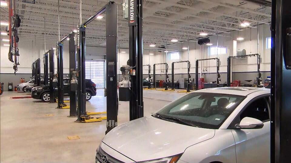 Une voiture dans un garage de concessionnaire automobile de la région de Québec