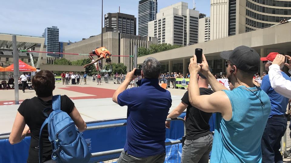 Des centaines de Torontois sont venus voir les athlètes à l'entraînement sur l'heure du midi.