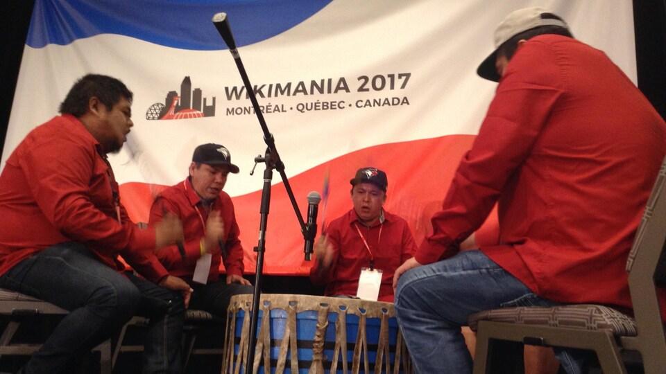 Des Atikamekw jouent du tambour en lever de rideau de Wikimania 2017