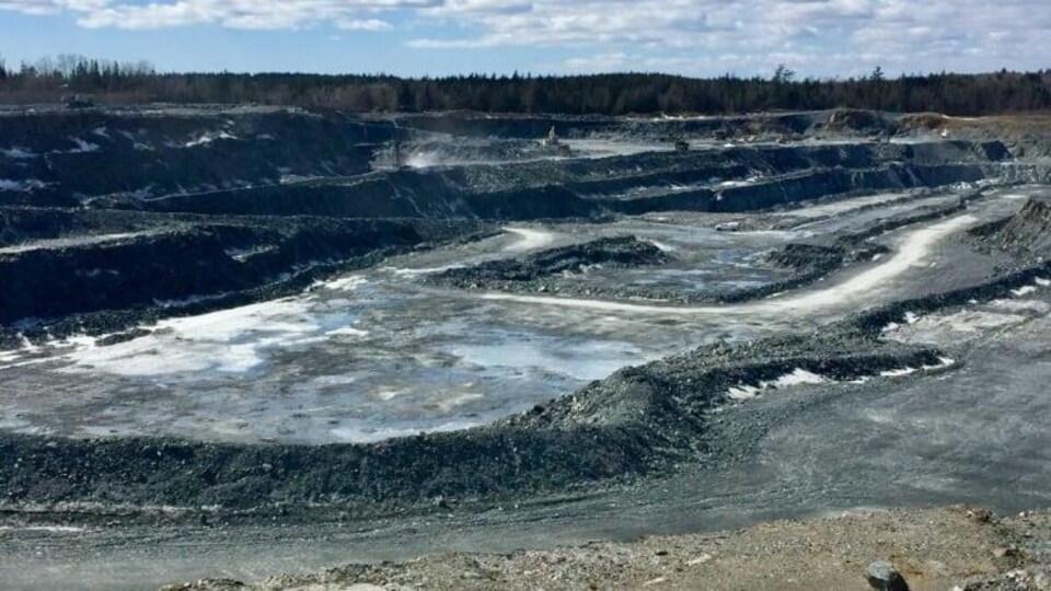 La mine à ciel ouvert de la mine d'or Touquoy d'Atlantic Gold à Moose River.