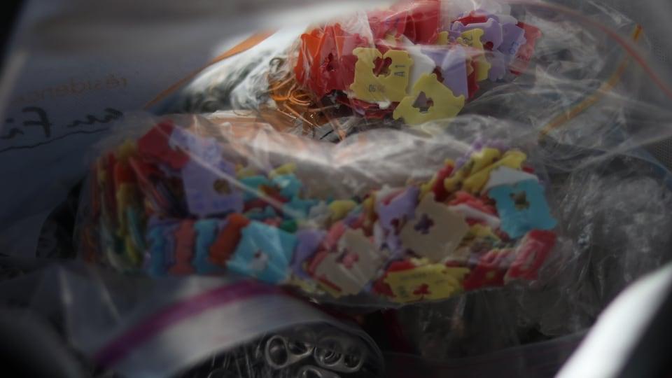 Des attaches à pain et des languettes d'aluminium dans des sacs de plastique
