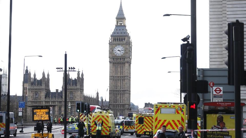 De nombreux policiers et ambulanciers sur la scène de l'attaque sur le pont de Westminster, le 22 mars 2017.
