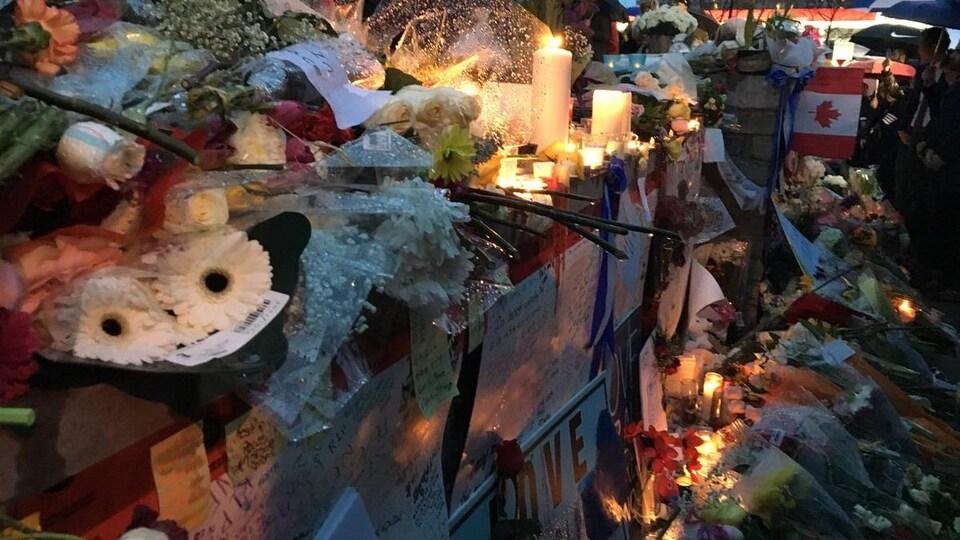 Des fleurs et des messages à un mémorial.