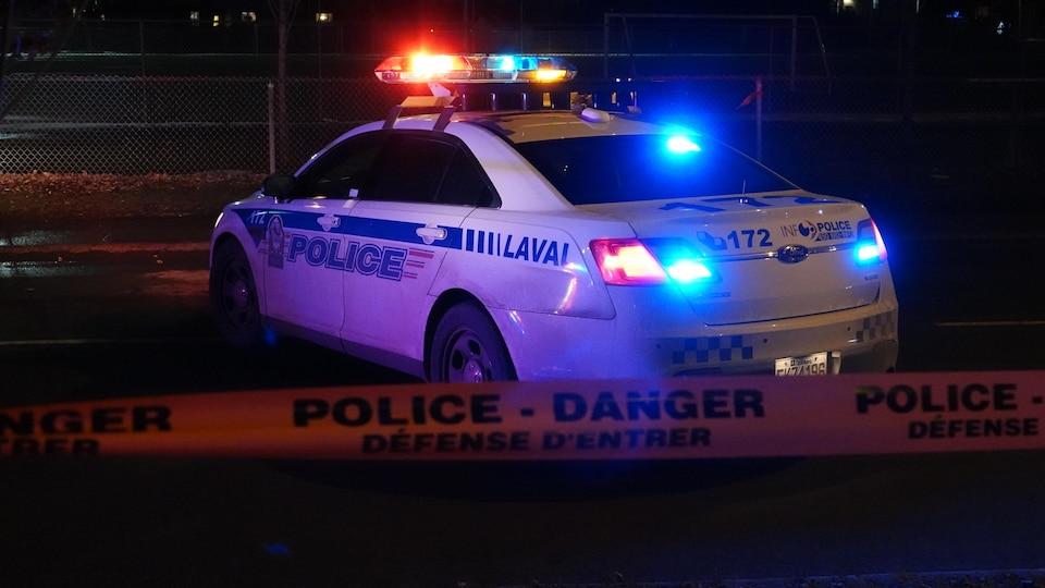Une voiture de police de Laval en pleine nuit.