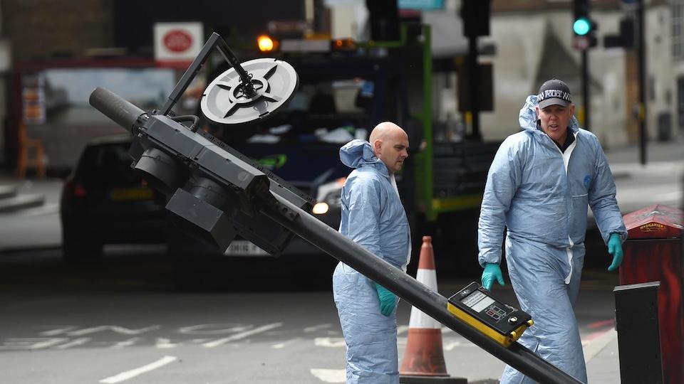 Un poteau de signalisation a été renversé sous la force de l'impact lorsqu'une voiture a été projetée contre le pont de Londres.