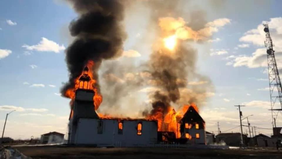 Une église qui brûle.