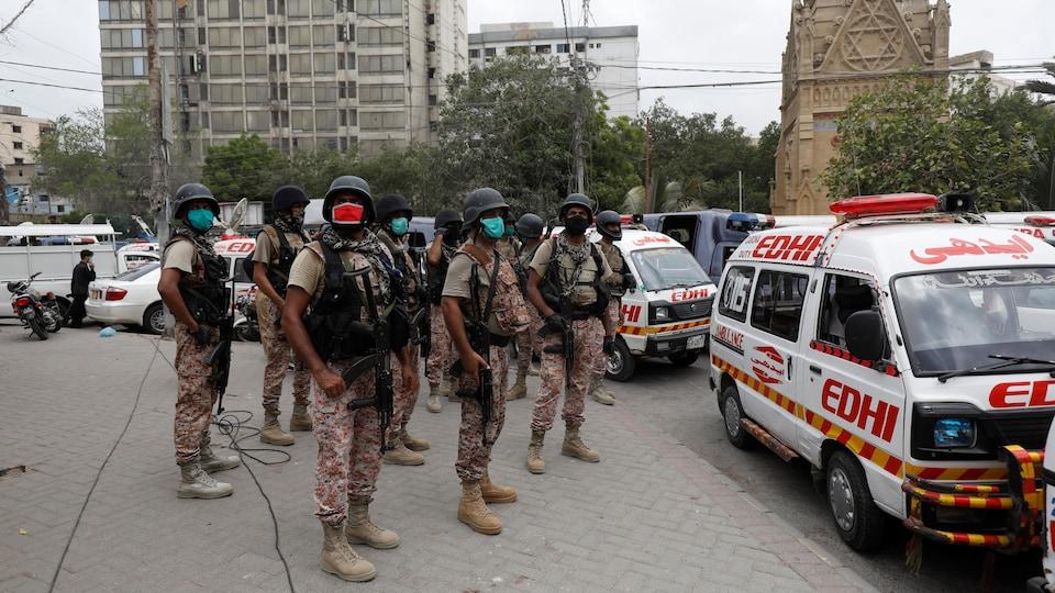 Des hommes armés portant des masques respiratoires.