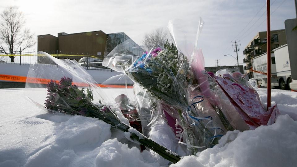 Des fleurs déposées devant le Centre culturel islamique de Québec au lendemain de la fusillade (archives)
