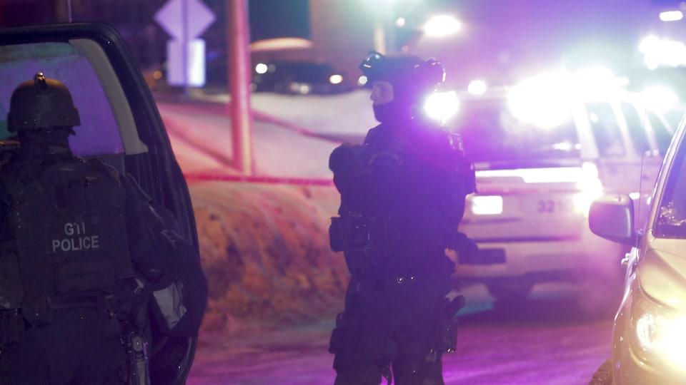 Des policiers sur les lieux de l'attentat de Québec le soir du 29 janvier 2017.