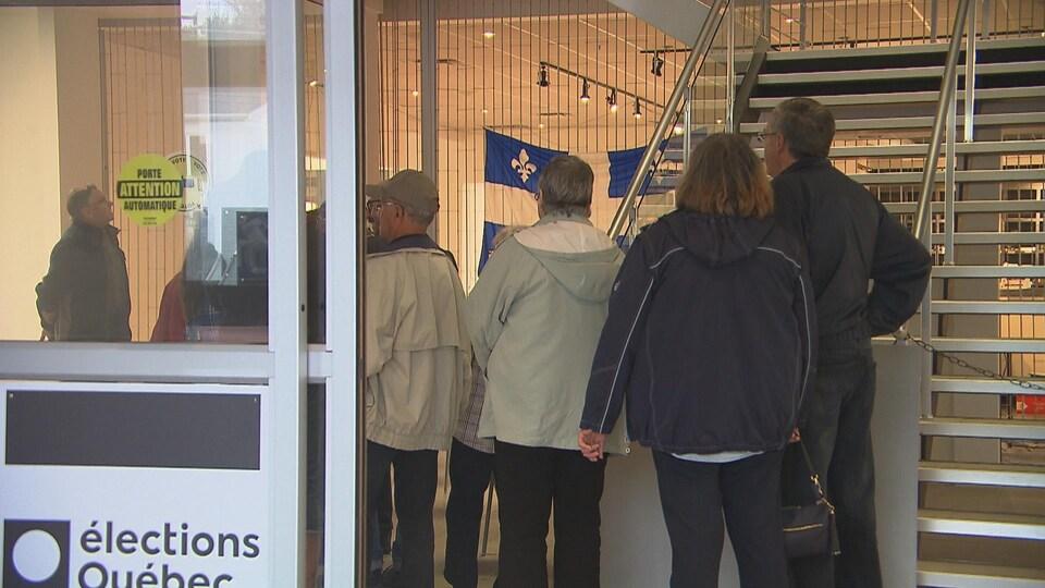 Gens qui attendent dans une file d'aller voter