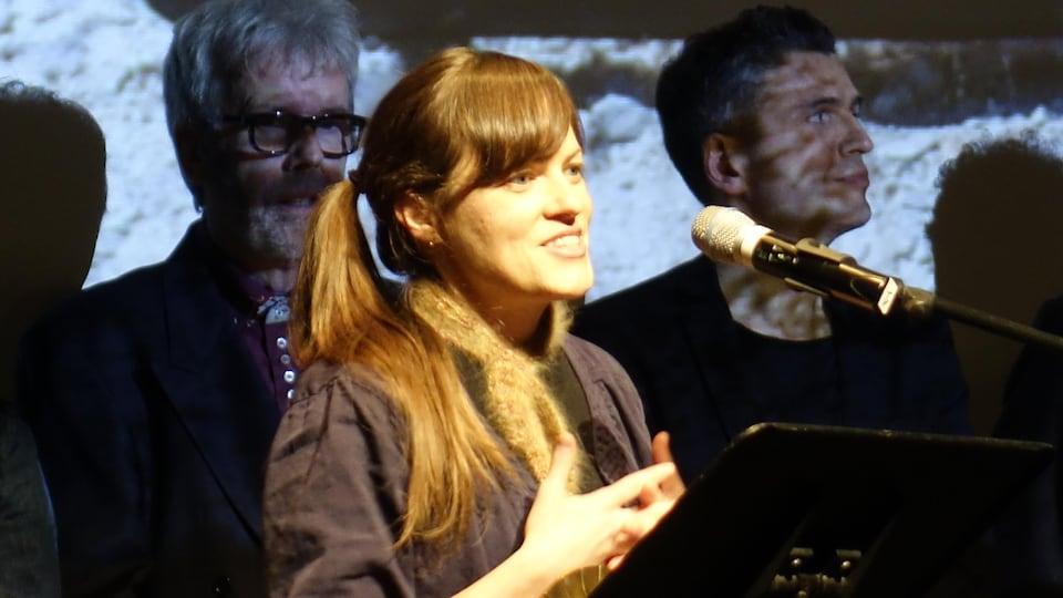 La réalisatrice du documentaire reçoit son prix sur la scène