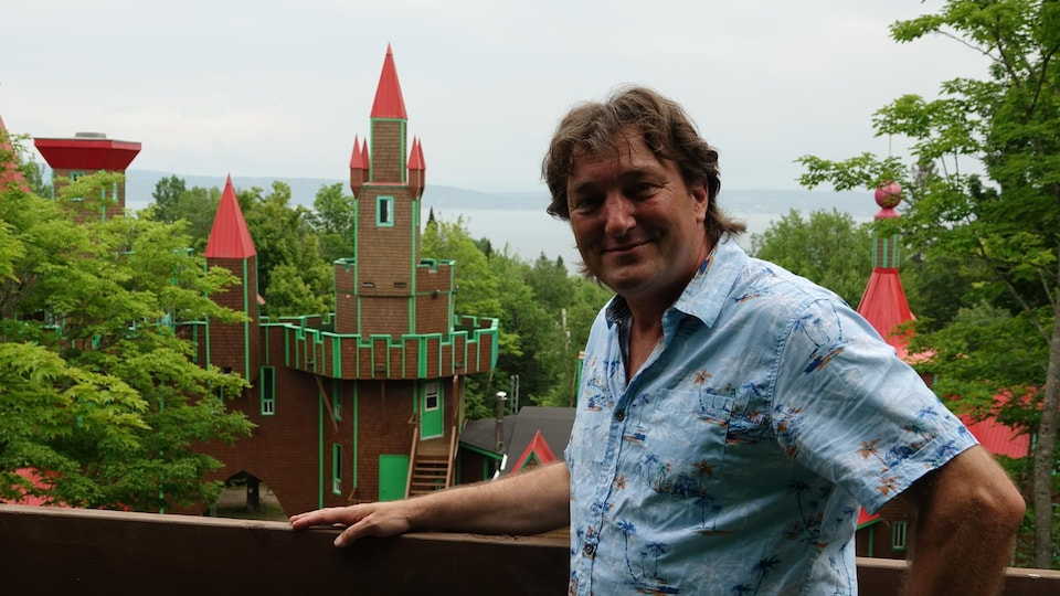 Dany Torchy, photographié devant le Château Bahia