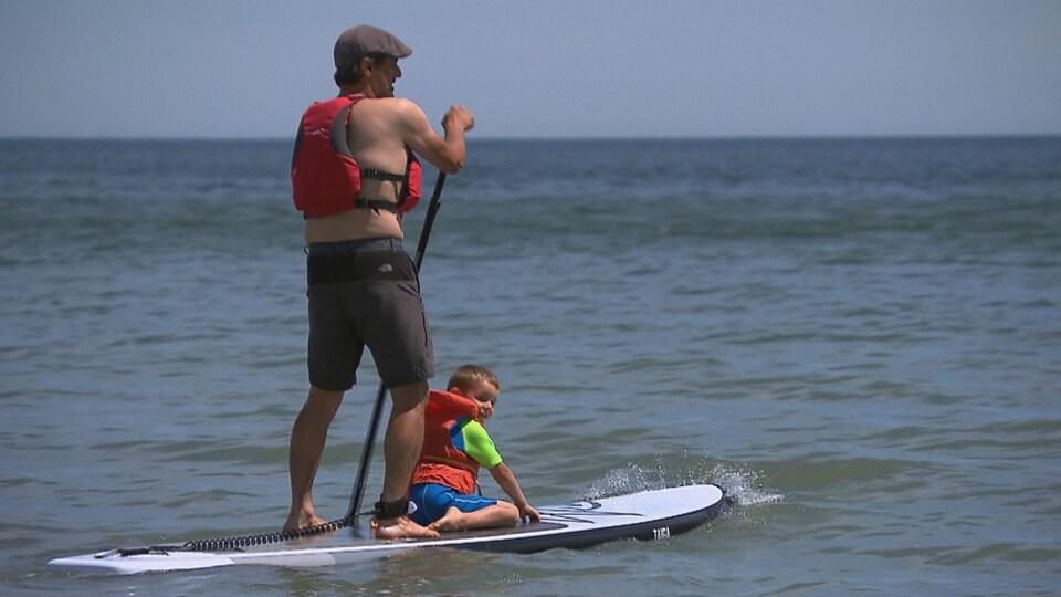 La proximité de l'eau permettra aux visiteurs de pratiquer des sports tels la planche à pagaie.