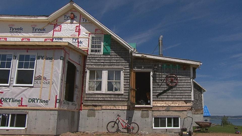 Le bâtiment a été soulevé pour ajouter une fondation solide.