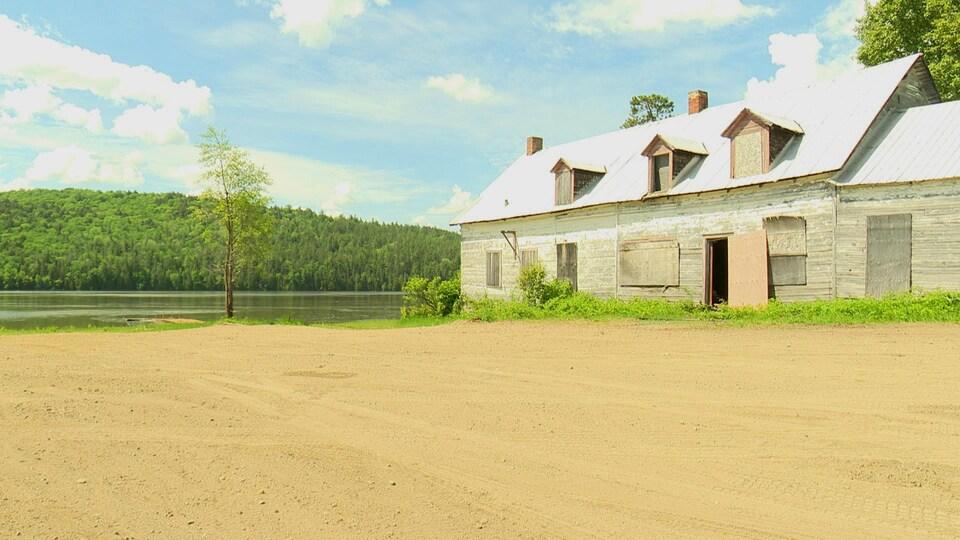 Un vieux bâtiment en bordure d'un lac.